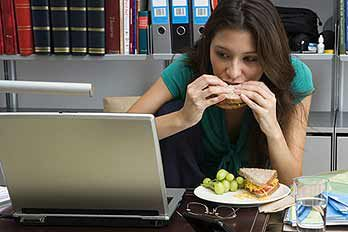 woman-eating-lunch-348kt100910